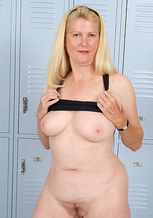Hot Moms Locker Room Porn Pictures